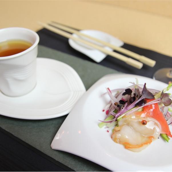 Concha de la Costa  Glaseada al Yuzu con Pimienta Rosa  y Sopa.